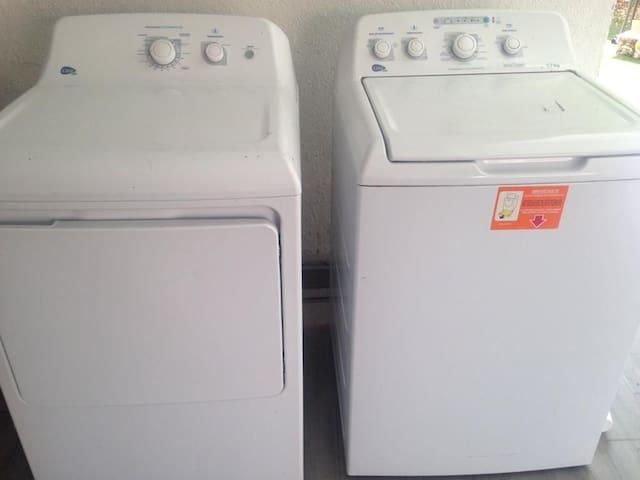 Lavadora y secado sin costo.