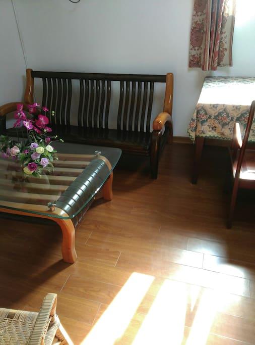 房间配备实木沙发