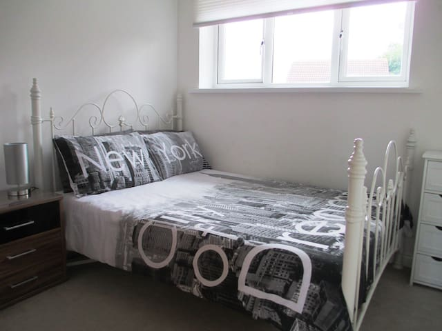 Private bedroom in quiet property close to the sea - South Shields - Hus