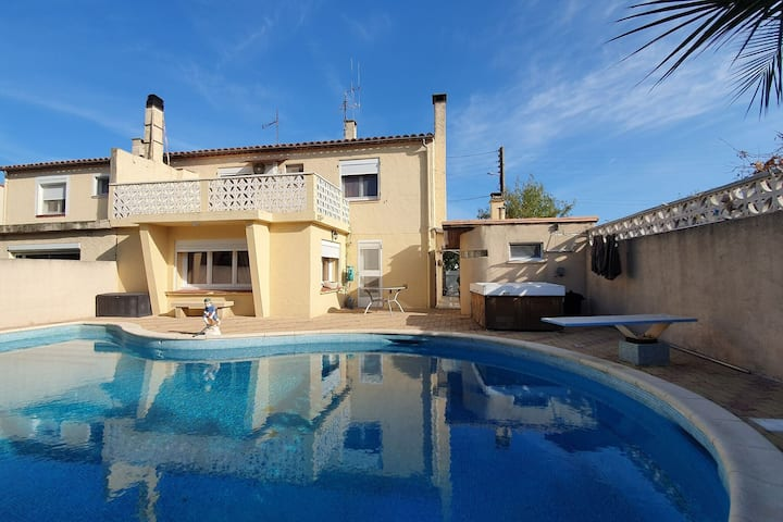 Majestic Holiday Home in Olonzac with Private Pool