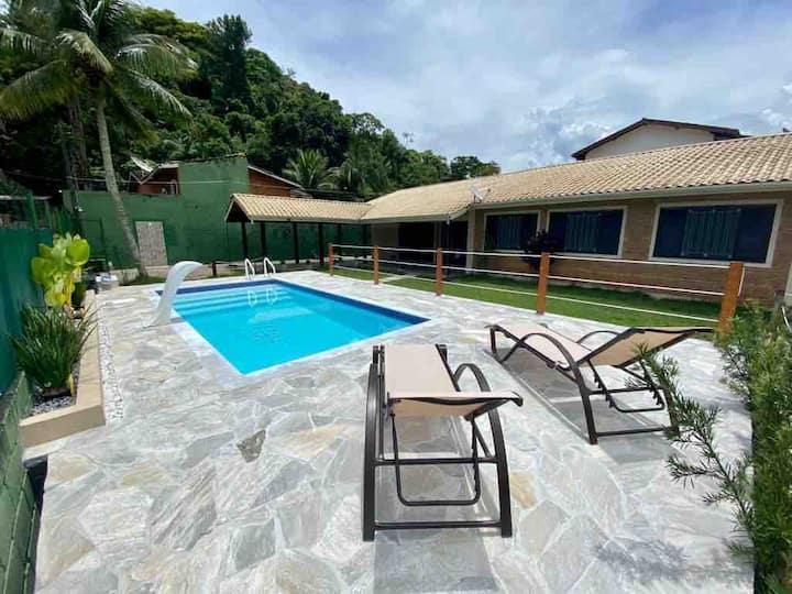 Casa Térrea reformada com piscina a 200m da praia