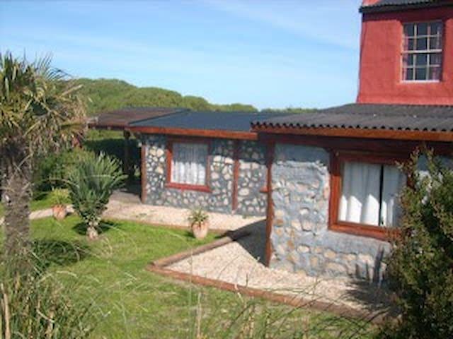 Casa cabaña con pileta cerca del mar