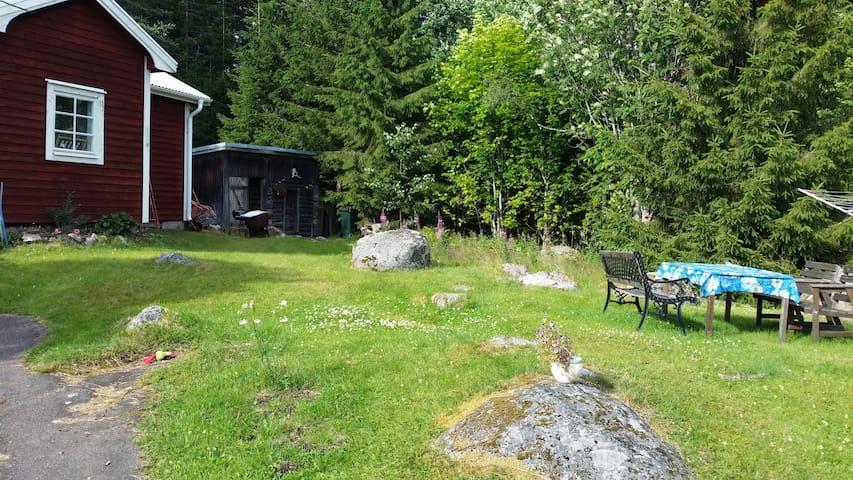 Liten stuga i skogsbrynet - Mellanborg - Haus