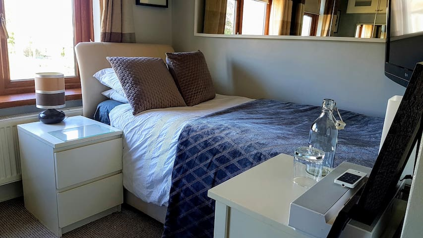 Cosy Single Room: Gym Included & Free Dog Cuddles