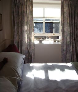 Cosy double bedroom with lovely view - Maentwrog - 家庭式旅館