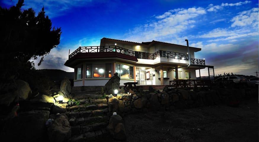 牛岛民宿海景房 租单车优惠 提供免费接港 近黑沙滩及牛岛峰 可看日出 - Cheju - House