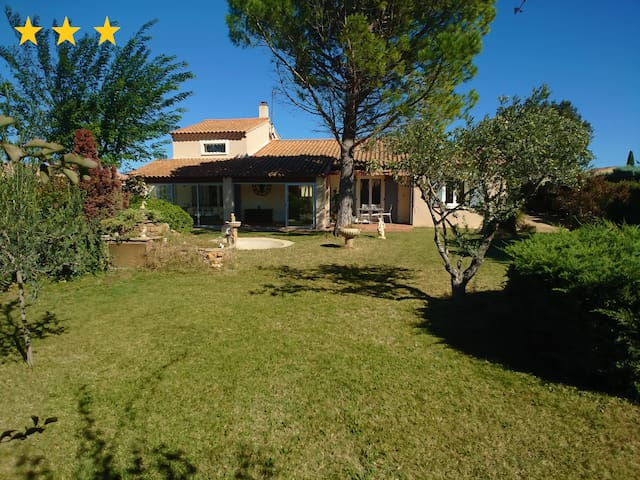 Villa avec piscine sécurisée et jardin clôturé