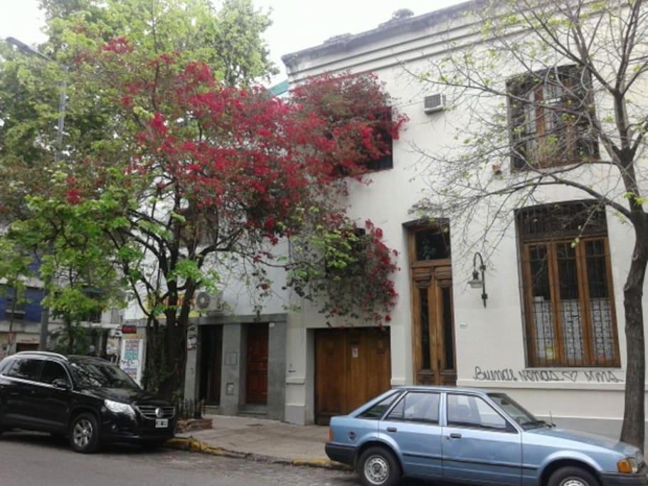 La casa se encuentra ubicada en el barrio de Palermo Soho, el más amigable por sus bares, cafés y restaurantes en las veredas de Buenos Aires