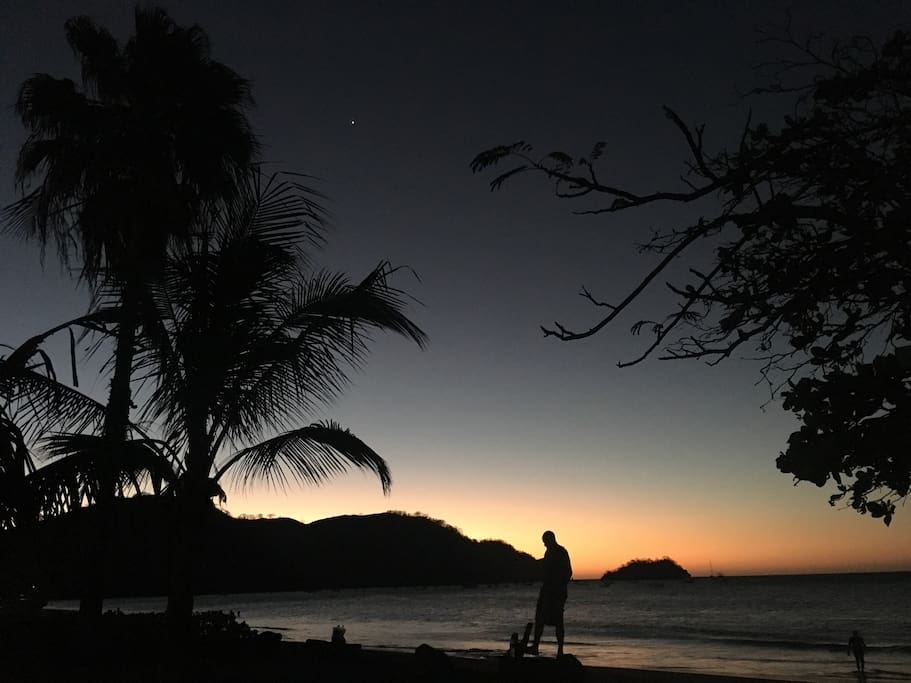 Atardecer en el Paseo Marítimo en Playas del Coco.