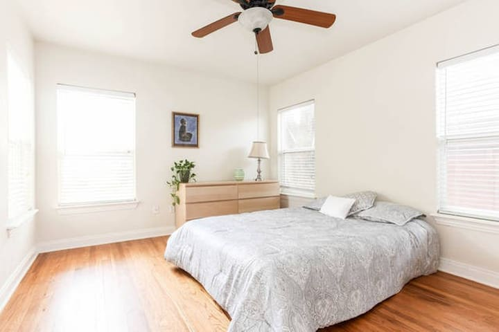 Central Austin - large private room in house