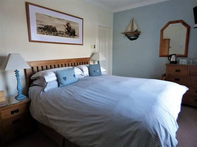 Fabulous king size double with view of Iona Abbey