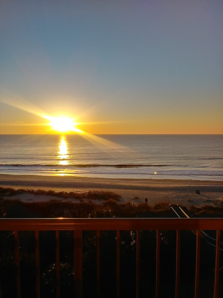 BOOK 3NITES GET 4thFREE Beautiful Oceanfront Condo