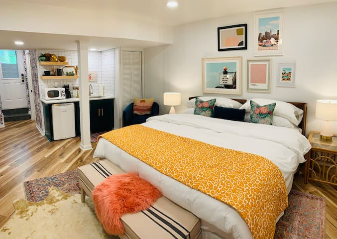 The Peach Pit - classy Chamblee apt w/ king bed!