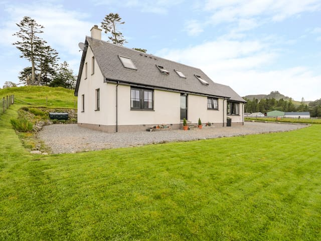 CREAG-NA-SANAIS, family friendly, with open fire in Laggan, Ref 1701