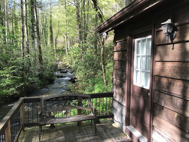 Beautiful creekside cabin, perfect for two