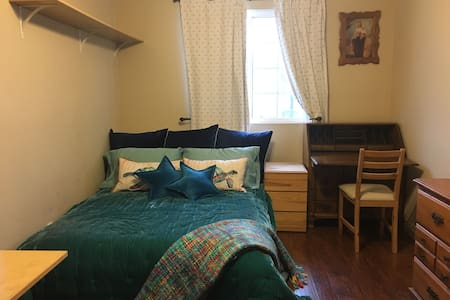 Cozy Furnished Mid-sized Bedroom for (1) Female