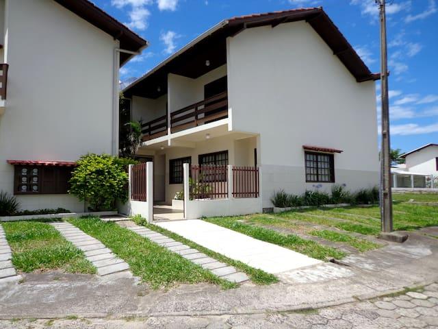 RESIDENCIAL COM CASAS DE 2 DORM. - Praia Garopaba