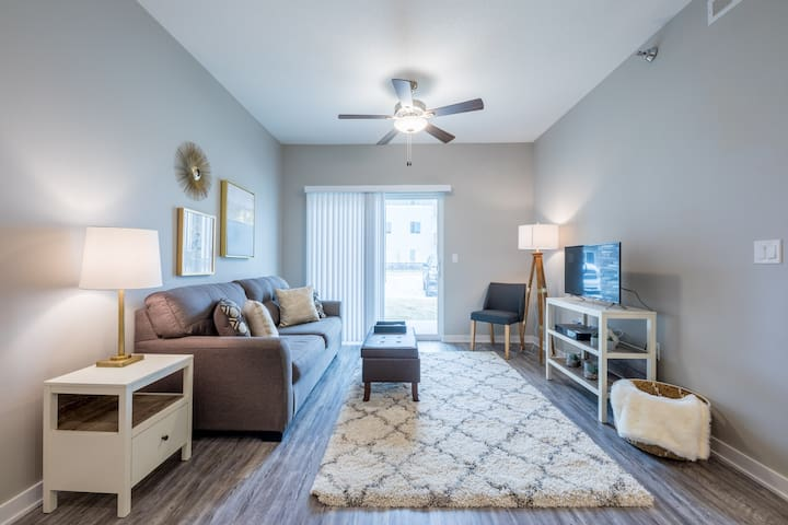 """White Cliff"" 2BD/2BA Apartment By I-80/I-35!"