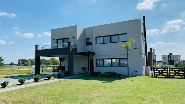 Luxury House with Swimming Pool in Canning