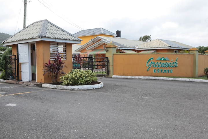 Rose Satin Apartment, Your Home Away From Home! - Ocho Rios - Dom