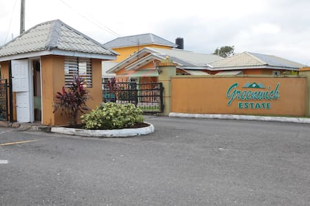 Rose Satin Apartment, Your Home Away From Home! - Ocho Rios - Σπίτι