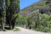 Montañas, calles de tierra y alamedas