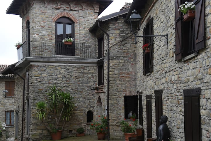 Il borgo come  in un castello. n.l. 00507200002