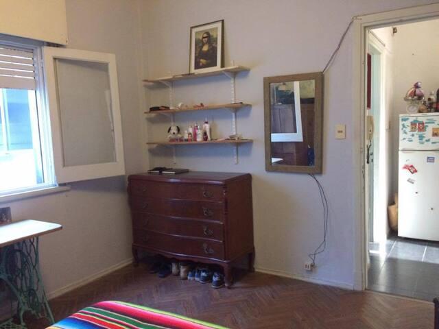 Cuarto privado con ventana y cajones a disposición. Cama de plaza y media