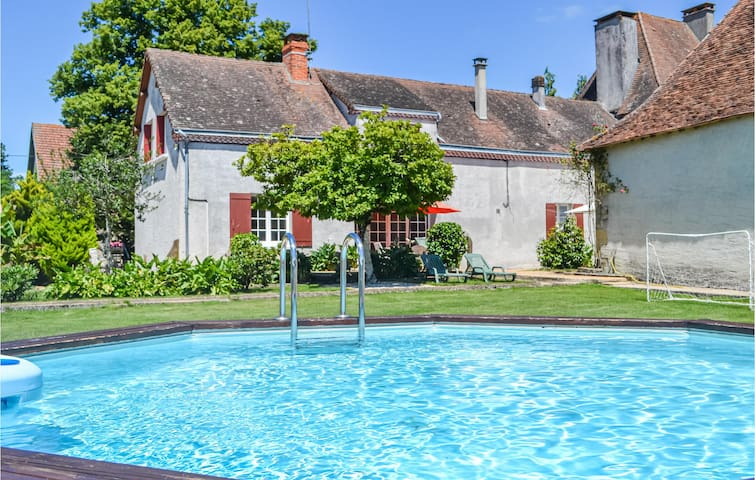 Stunning home in St. Sulpice-d'Exideul with 3 Bedrooms