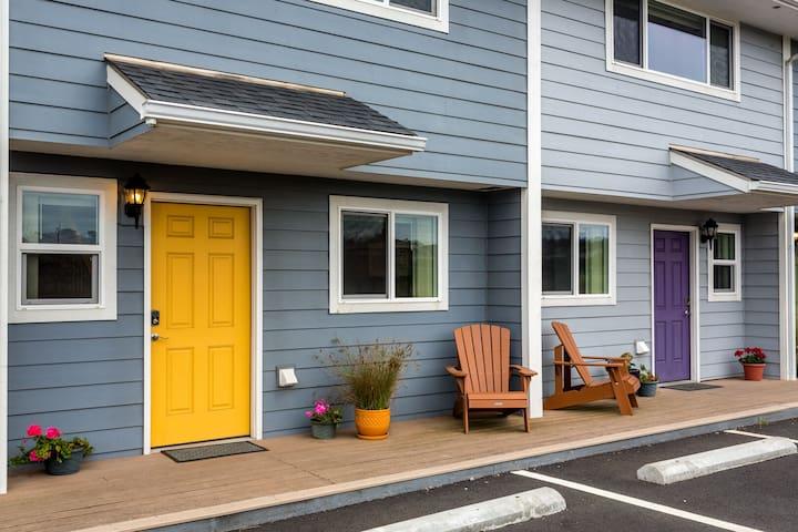Nye Beach Townhome Yellow Door, Restaurants, Shopping & More! Walk to the Beach!