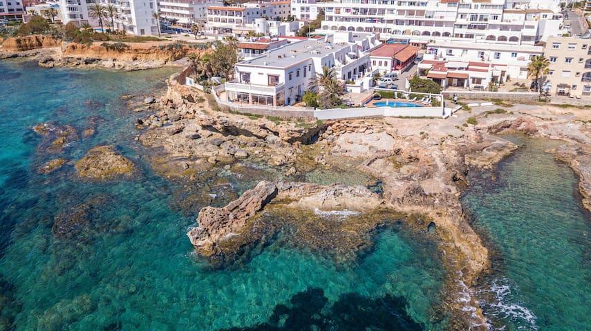 Appartement climatisé fantastique au bord de la mer avec Wi-Fi, piscine et terrasse.