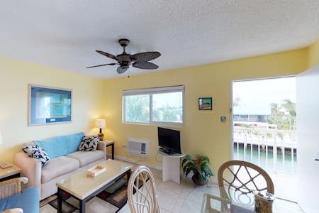 Canal front condo w/amazing views,, convenient location