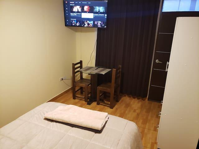 Televisor de 43 pulgadas conexion cable smart tv, 2 sillas y mesa.