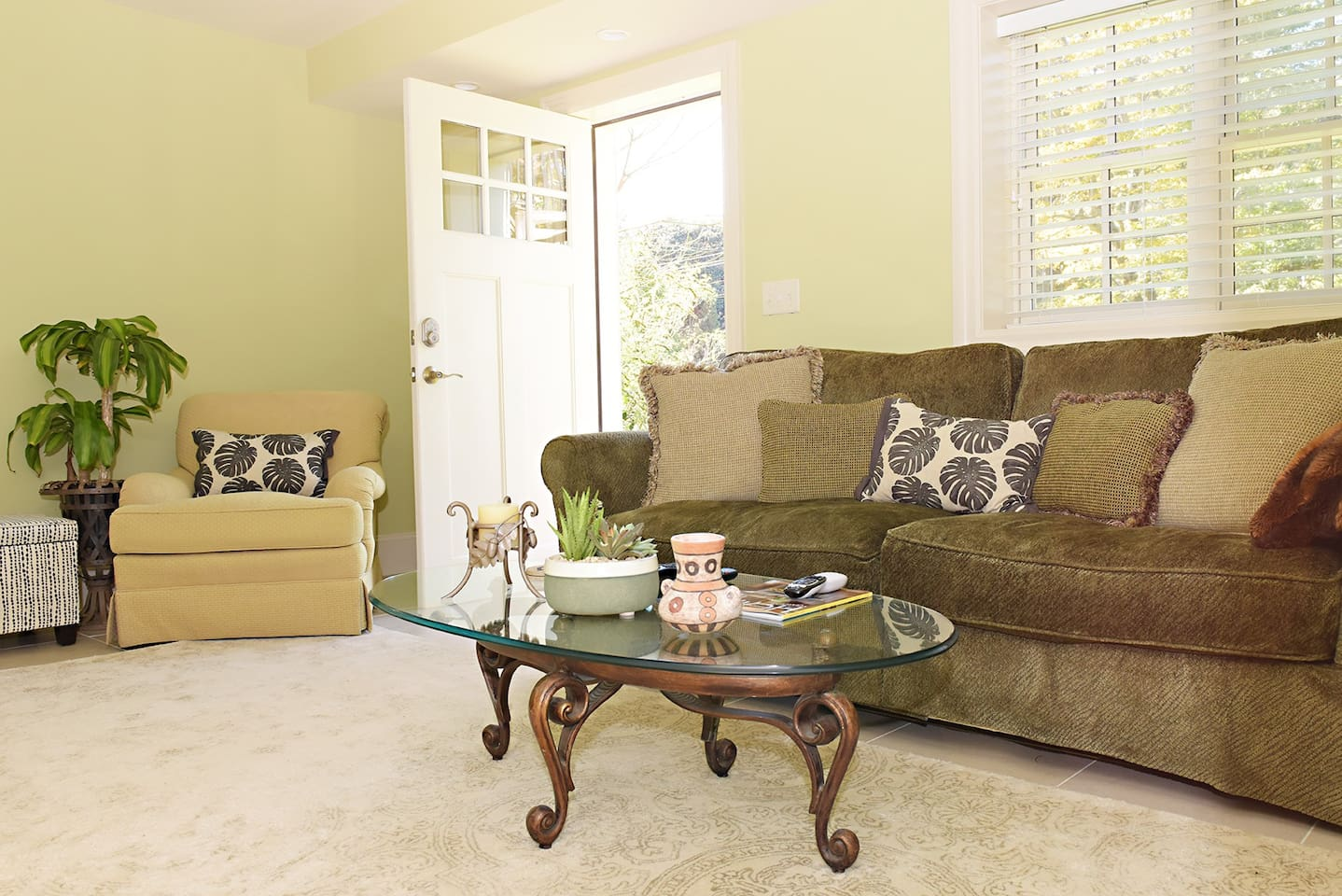 Private suite with private entrance, blocks away from the Omni Grove Park Inn. Air conditioned.