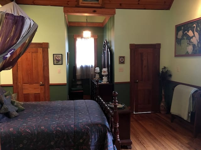 The Green Room-Upstairs Master Bdrm