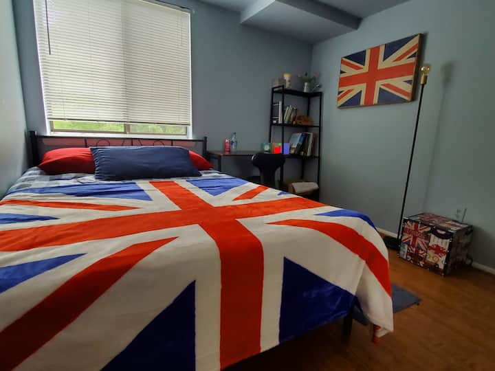 UK-themed room mins to Old Town/MGM/Natl Harbor