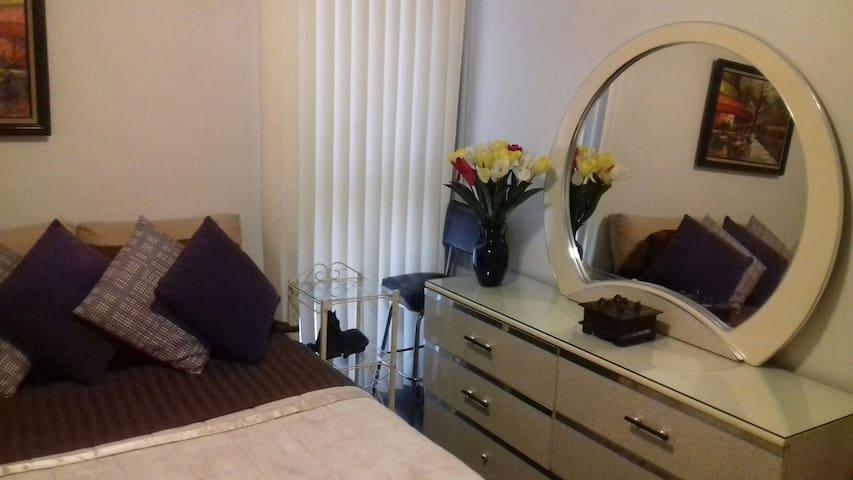 Habitación con cama matrimonial, tocador