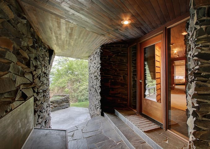 Frank Lloyd Wright inspired cabin w/ stunning view - Vashon - Chalet