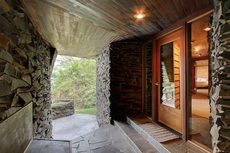 Frank Lloyd Wright inspired cabin w/ stunning view - Vashon