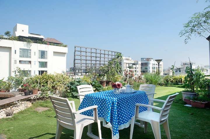 Gorgeous Studio in Juhu , with a garden