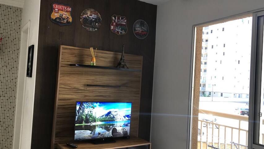 """Sala com tv de 32"""" com canais abertos e Chromecast para você conectar seu celular (youtube/netflix...)"""