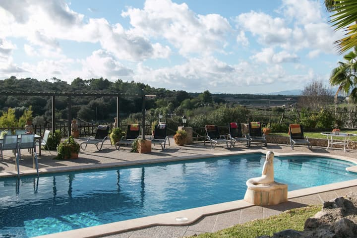 Rustic style villa located in the beautiful Mallorcan town of Sineu