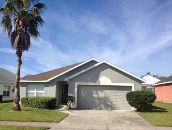 3 Bedroom! Private Pool Home! 8 Miles to Disney!!