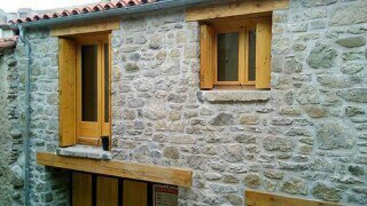 Maison en pierre au cœur du village de Molitg.