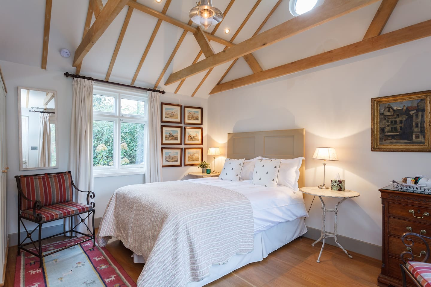 Roomy space with vaulted ceiling & kingsize bed