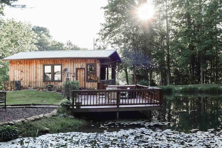 Romantic Pond House with Hot Tub in TN