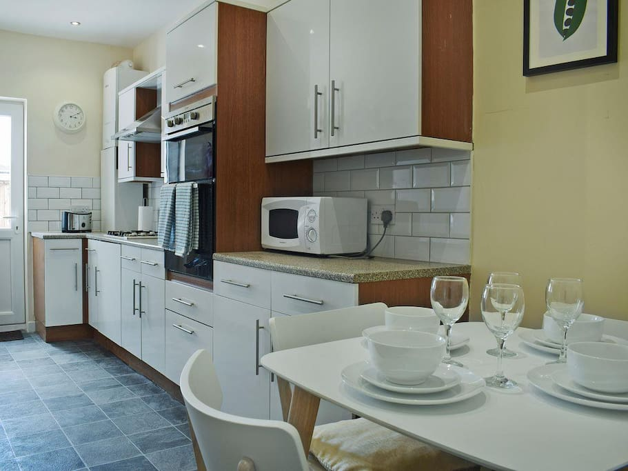 Brand new and modern kitchen and dining area: fully furnished, clean and bright.