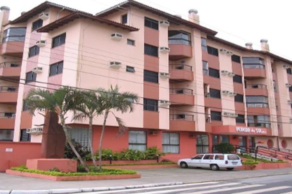 Imagem ampla do  prédio - esquina - rua lateral para acesso a praia