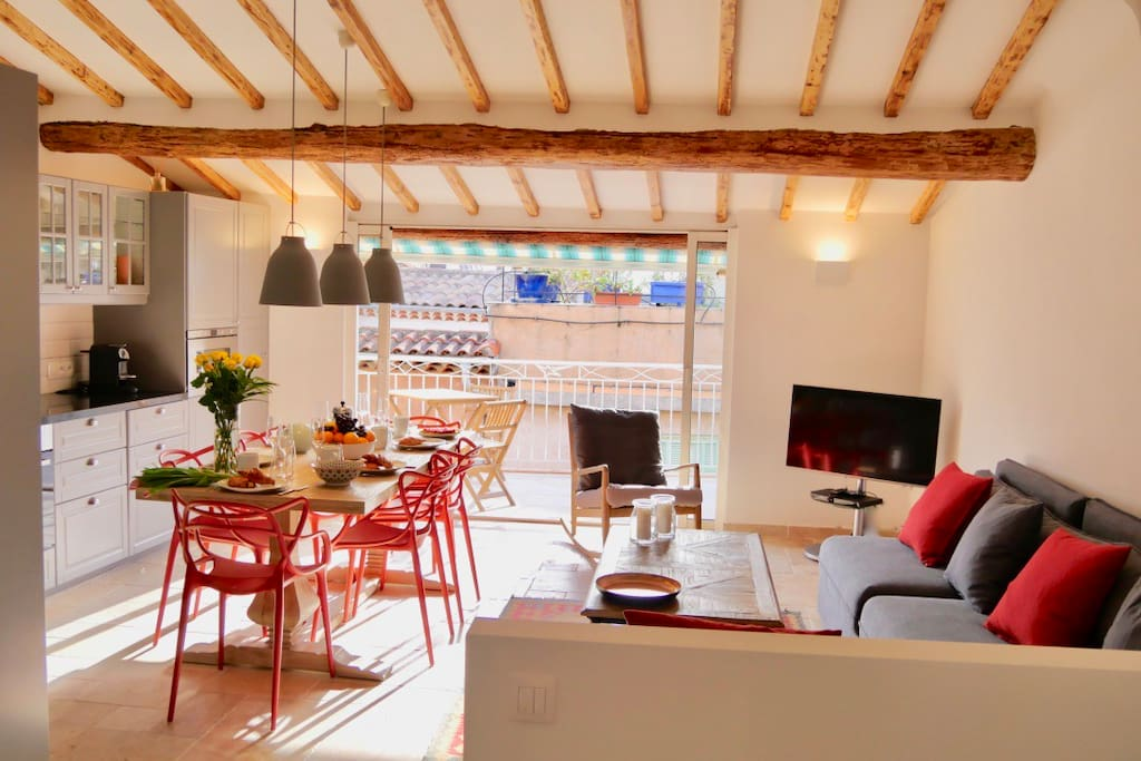 Cosy Living room with AC suitable for entertaining  or relaxing time.
