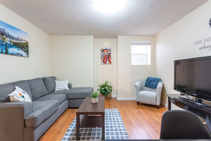 Nice 2 B/R basement suite 10 mins from Airport